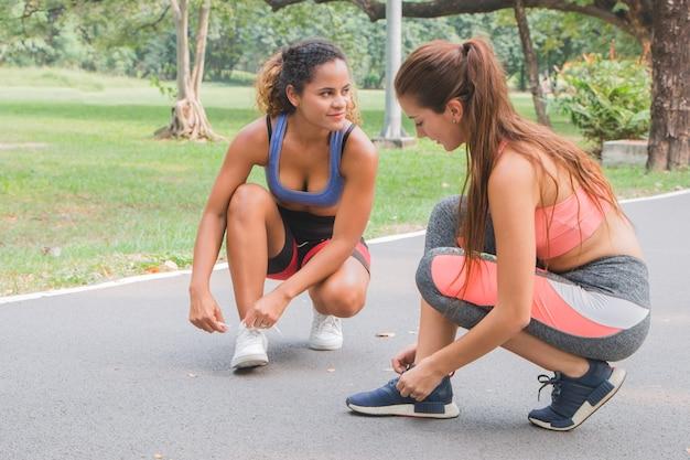 Fitnessvrouwen klaar om met elkaar te gaan rennen en racen