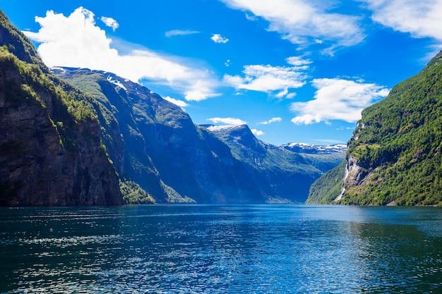 Fjord uitzicht op een zonnige dag