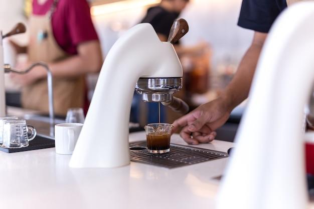 Flair espressomachine in een coffeeshop met barista