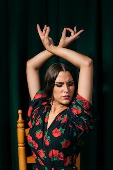 Flamenca-danser die handen omhoog heft