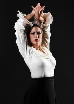Flamenca die camera met omhoog handen bekijkt