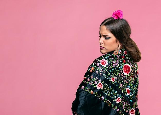 Flamenca die de sjaal van manilla met roze achtergrond draagt
