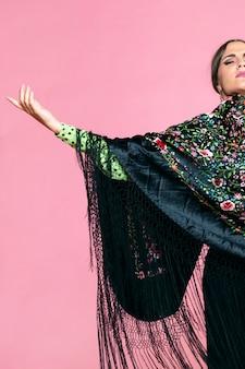 Flamenca die manilla-sjaal met gesloten ogen draagt