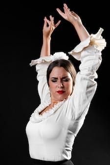 Flamenca medium shot uitvoeren met armen omhoog