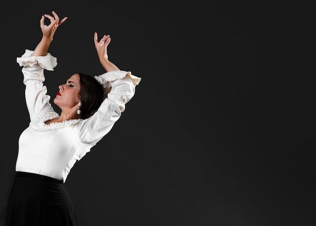 Flamenca met armen omhoog en kopie ruimte