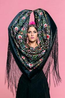 Flamencadanseres met de sjaal die van manilla camera bekijken