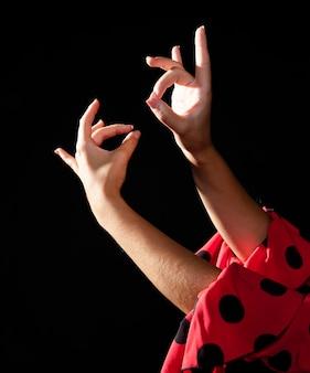 Flamencavrouw die van de close-up met haar handen presteert