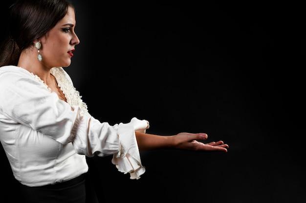 Flamencodame met uitgestrekte arm