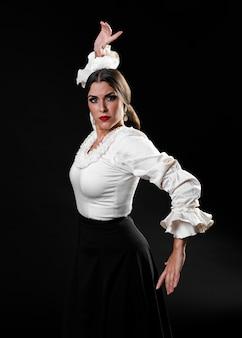 Flamencovrouw die camera bekijkt