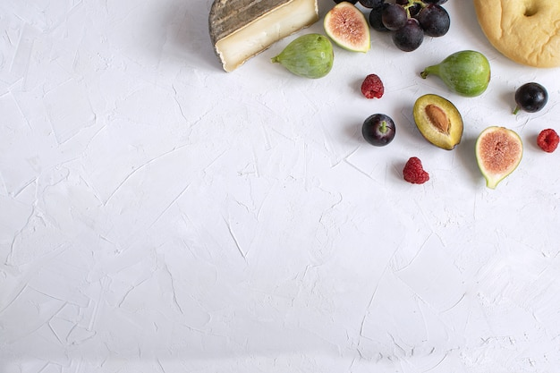 Flat kay wijnvoorgerecht vijg druif pruim kaas framboos