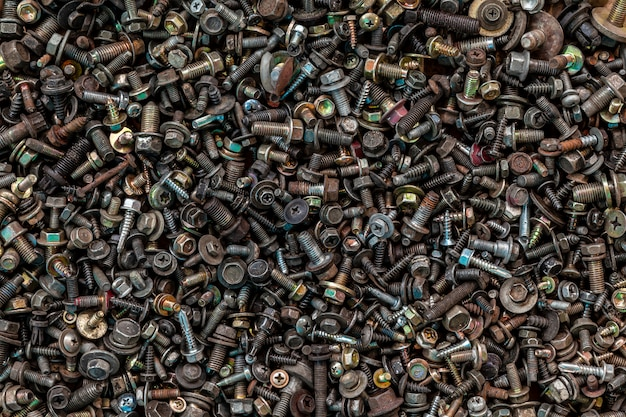 Flat lay metalen bevestigingsmiddelen: vinica, schroeven, moeren, spijkers, verwisselbare koppen, bovenaanzicht. gereedschapskit voor timmermansclose-up