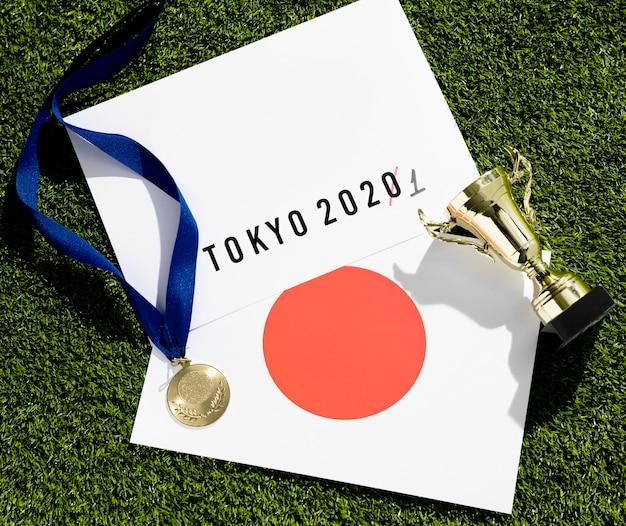 Flat lay tokyo 2020 sportevenement uitgesteld assortiment