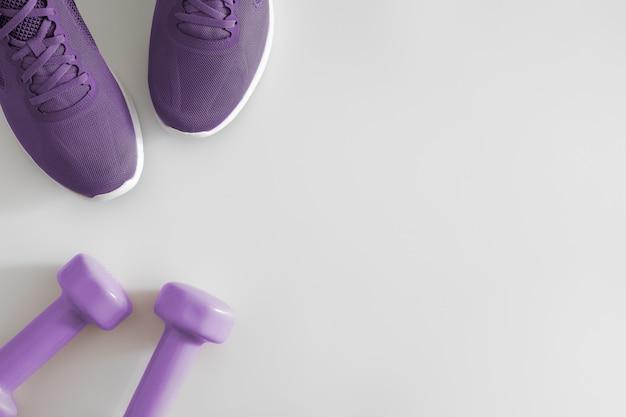Flat lay-top weergave fitness-accessoires op een witte achtergrond