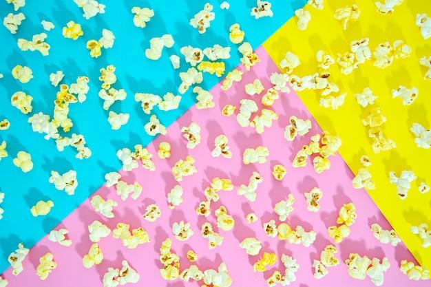 Flat van popcorn op kleurrijke achtergrond