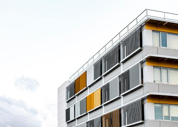 Flatgebouw in de stad met kopie ruimte