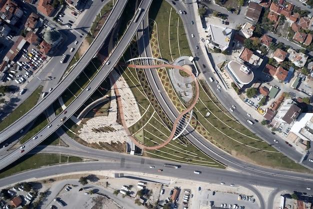 Flatgebouwen en rotonde weg vanuit luchtfoto