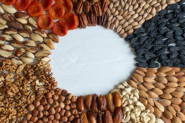 Flatlay biologische gemengde noten en gedroogd fruit
