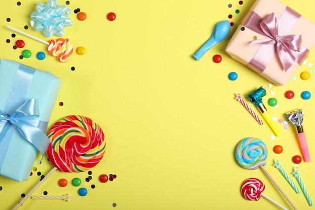 Flatlay compositie met accessoires voor een feestje of verjaardag