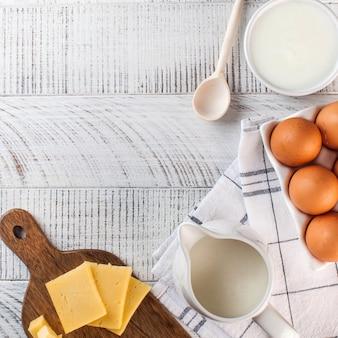 Flatlay een verscheidenheid aan zuivelproducten, kaas, scharreleieren