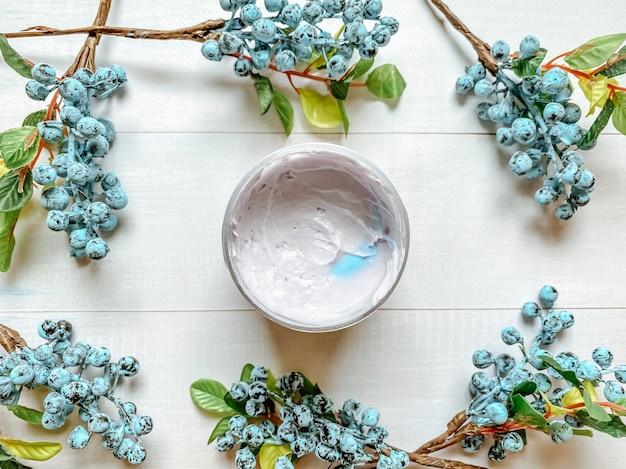 Flatlay fotografie van fles met een cosmetisch product in een paarse kleur. sjabloon voor de cosmetische industrie.
