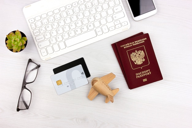 Flatlay met russisch paspoort, vliegtuig en geld