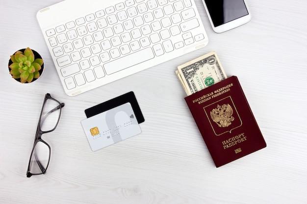 Flatlay met russisch paspoort, vliegtuigcreditcards en geld