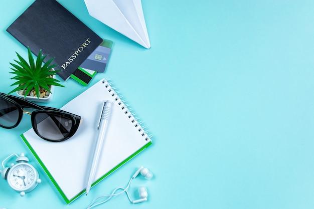Flatlay reisaccessoires op een blauwe achtergrond zomervakantie concept