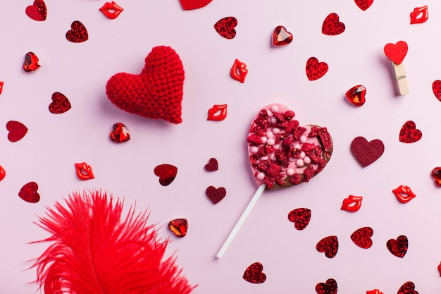 Flatlay valentijnsdag wenskaart verschillende rode harten op een roze achtergrond