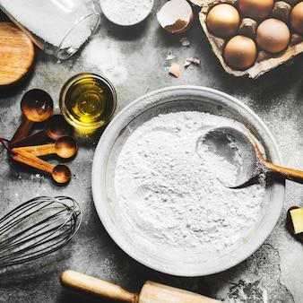 Flatlay van het eigengemaakte recept van het voorbereidingsgebakje voor bak
