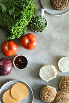Flatlay van veganistische cheeseburger receptingrediënten