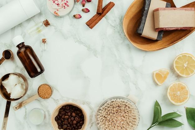 Flatlay van verschillende natuurlijke zelfgemaakte cosmetica en ingrediënten: etherische oliën, koffie, suiker, zeep