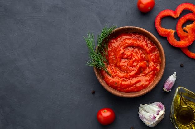 Flatley met aivar van het aperitief van de peper en ingrediënten op een donkere ruimte