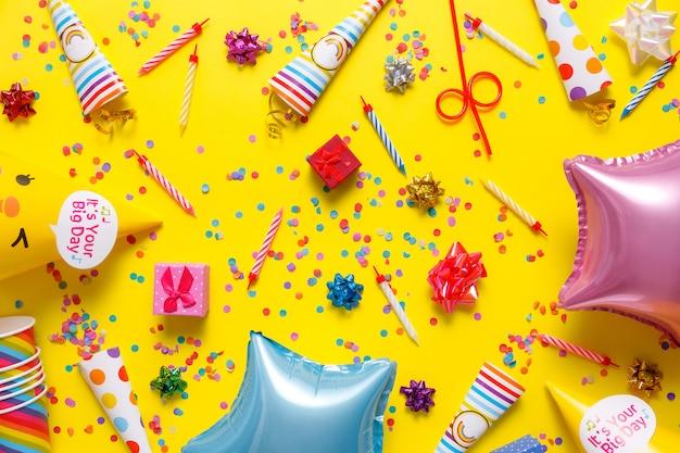 Flatout verjaardagsfeestje kaart op een gele achtergrond met kopie ruimte voor tekst