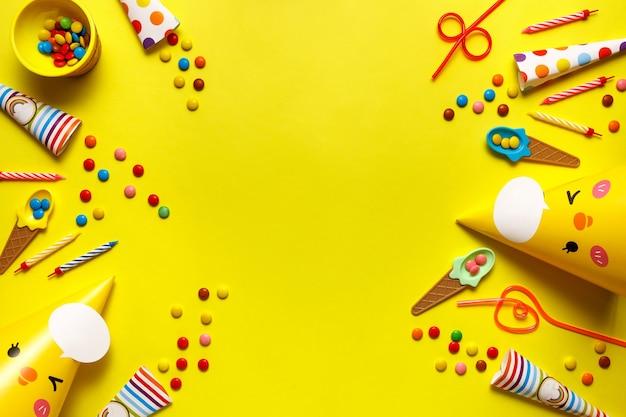 Flatout verjaardagspartij kaart op een gele achtergrond met kopie ruimte voor tekst.