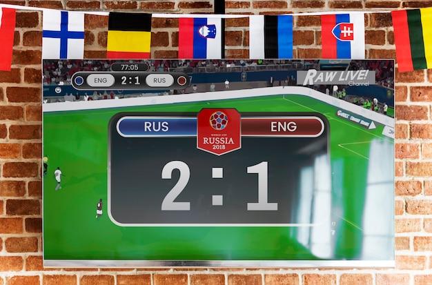Flatscreen televisie met live voetbalwedstrijd