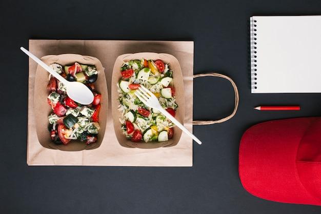 Flay lat arrangement met salades op papieren zak