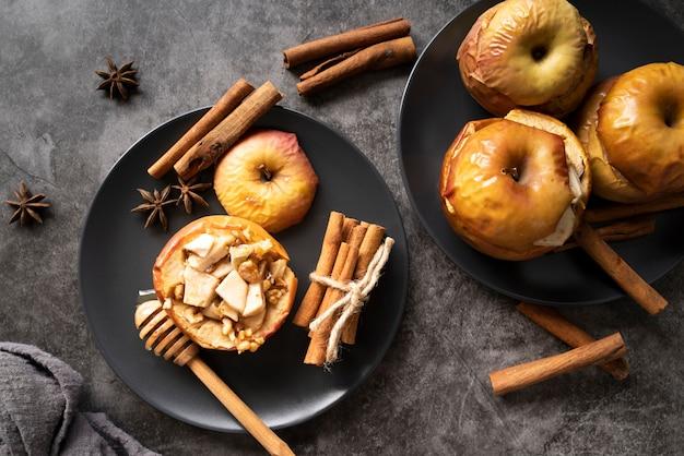 Flay lay-arrangement met gebakken appels op borden