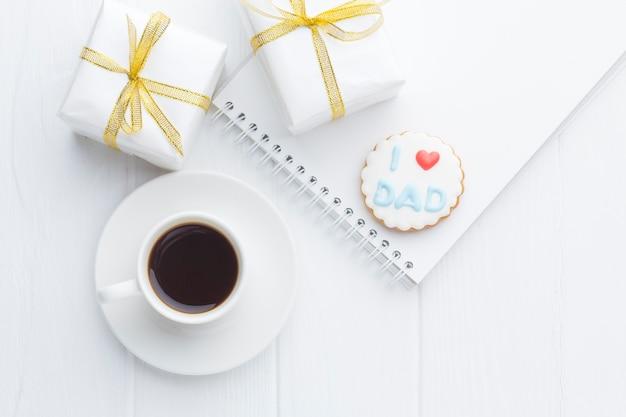 Flay lay-arrangement met koffie