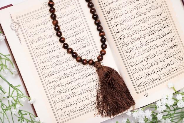 Flay lay koran geopend op tafel