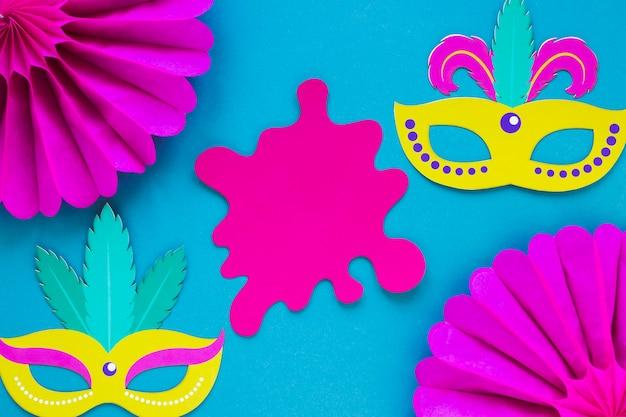 Flay lay van carnaval papier uitgesneden en maskers