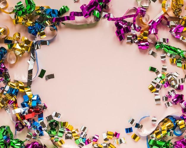 Flay lay van confetti frame voor carnaval