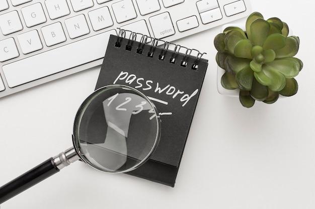 Flay notitieboek met wachtwoordinformatie en vergrootglas