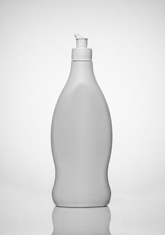 Fles aerosol deodorant douchegel met waterdruppeltjes op het oppervlak. concept: hygiënische zorg