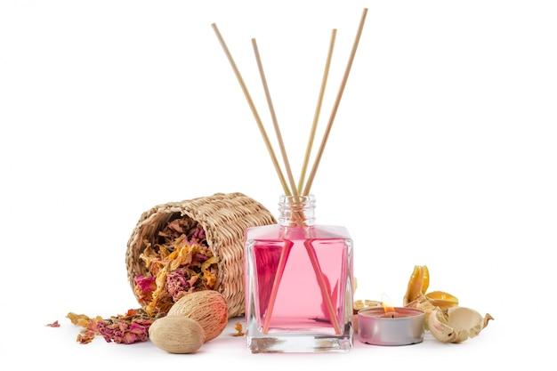Fles aroma etherische olie of spa of natuurlijke geurolie met droge bloem