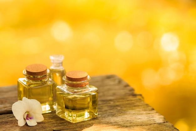 Fles aromaetherische olie of kuuroord op houten lijst, beeld voor aroma spa alternatieve therapiegeneeskunde en het concept van het meditatiearoma.