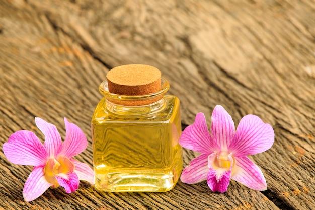 Fles aromaetherische olie of kuuroord op houten lijst, beeld voor aroma spa alternatieve therapiegeneeskunde en het concept van het meditatiearoma