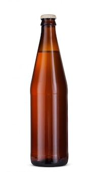 Fles bier dat op witte achtergrond wordt geïsoleerd