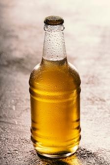 Fles bier, fleslicht, flesopener, ambachtelijk bier, koud drankje, koud gefilterd, mooi verlicht, barman giet, glazen fles, mok