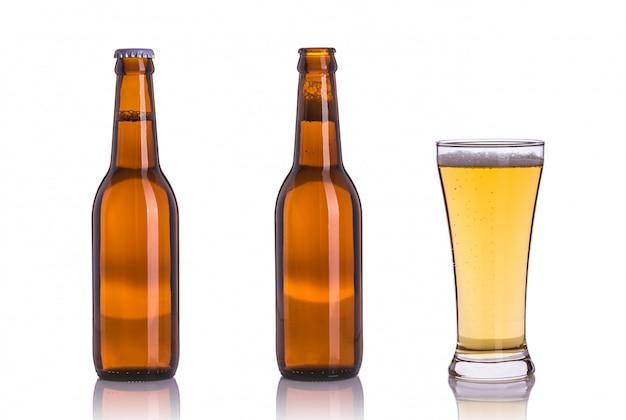 Fles bier zonder dop. studioschot op wit wordt geïsoleerd dat Premium Foto