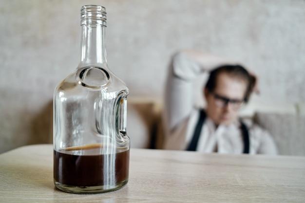 Fles brandewijn op de houten tafel